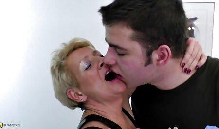 Blonde chaude caresse sa chatte dans porno femme vieille une Limousine.
