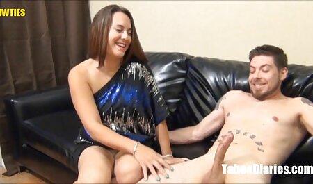 Chienne a mis un vibromasseur dans sa vieille femme sexy chatte humide.